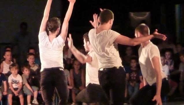 La compagnie F présente son spectacle à de jeunes élèves de maternelle engagés dans un projet de découverte de la danse contemporaine, © I.Milliès, drac paca